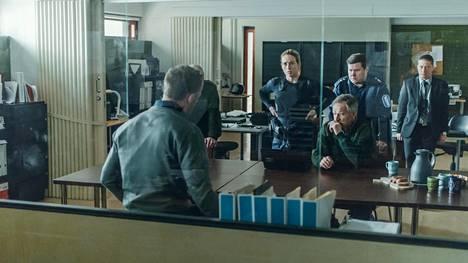 Suomalaispoliisit (Iina Kuustonen, Taneli Mäkelä, Janne Kataja ja Kari Ketonen) kuuntelevat vakavina saksalaista viruseksperttiä (Maximillian Brückner).