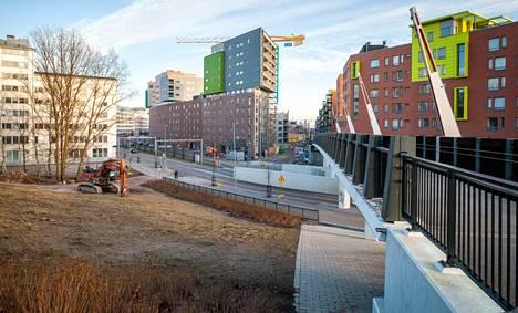 Sähköttäjänpuistoon hahmoteltu rakennuspaikka sijoittuu pysäköintialueena käytetylle kaistaleelle Teollisuuskadun ja Konepajan kävelysillan kainalossa.