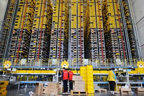 Työntekijät urakoivat Suningin logistiikkakeskuksessa Kiinassa torstaina ennen Singles' Day -ostospäivää.
