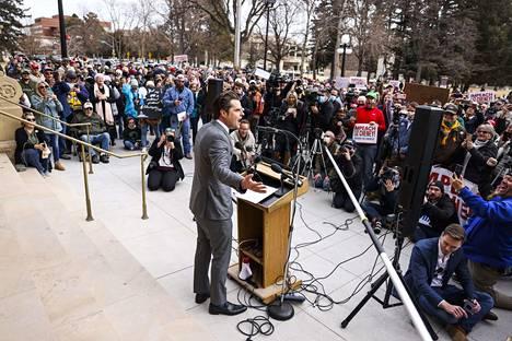 Floridan republikaani Matt Gaetz puhui Donald Trumpin pettänyttä republikaani Liz Cheneyä vastaan Wyomingin pääkaupungissa Cheyennessä torstaina.