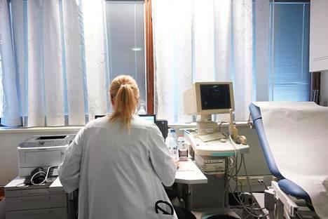 Lääkäri kirjasi Viiskulman terveysasemalla vastaanottojen jälkeen potilaiden tietoja vuosi sitten. Helsinkiläispoliitikot päättivät viime vuonna, että pahoin ruuhkautuneen terveysaseman rinnalle tarvitaan samalle alueelle yksityisen pyörittämä asema.