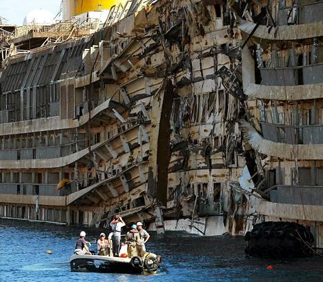 Pelastusmiehistö tutki pystyyn nostetun Costa Concordian hylkyä viime viikolla.