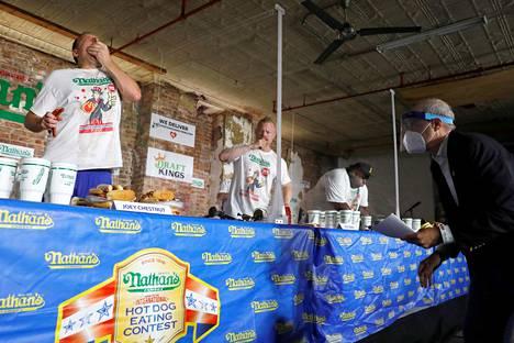 Kilpailun tarkoituksena on syödä kymmenessä minuutissa mahdollisimman monta hot dogia.