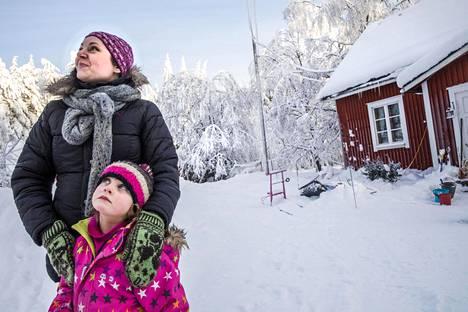 """Syntyperäinen koskenpääläinen Karoliina Ohls-Rutanen osti puolisonsa kanssa talon, joka on ollut hänen isänsä suvun omistuksessa 1960-luvulta asti. """"Kun täällä tulee pimeä, on todella pimeä. Jos pimeys alkaa ahdistaa, pakkaan lapset autoon ja ajamme muutamaksi tunniksi Jyväskylään ostoskeskukseen."""" Kuvassa myös Tuulikki Rutanen, 5."""