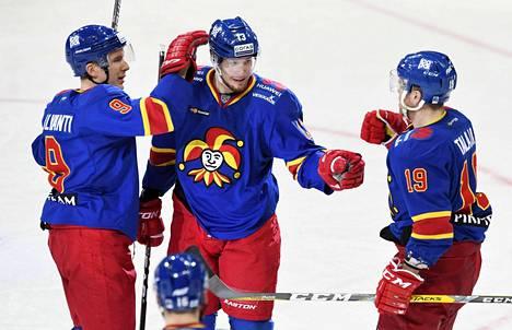 Jokereiden Joonas Jalvanti (vas.), Petteri Wirtanen ja Roope Talaja juhlivat maalia Ak Bars Kazanin verkkoon helmikuussa.