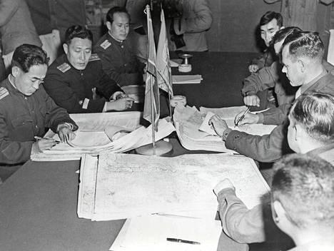 Korean sodan lopettamiseksi käytiin neuvotteluja kesästä 1951 alkaen, mutta niissä saatiin aikaan aselepo vasta 27.7.1953. Sopimuksen allekirjoittivat Pohjois-Korean lisäksi Kiina ja Yhdysvallat. Etelä-Korea kieltäytyi allekirjoittamasta, koska se ei hyväksynyt niemimaan jakoa eikä tunnustanut sopimusta. Kuvassa Pohjois-Korean ja Kiinan edustajia neuvotteluissa Panmunjomissa sodan alkuvaiheessa.