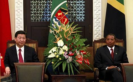 Kiinan presidentti Xi Jinping (vas.) tapasi Tansanian presidentin Jakaya Kikweten sunnuntaina.