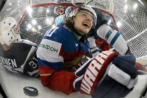 Venäjän Viktor Tihonov juhli alkusarjassa tekemäänsä osumaa Leijonien maalin sisällä.