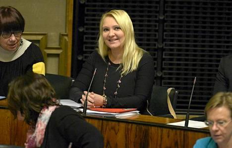 Suna Kymäläinen eduskunnan kyselytunnilla torstaina.
