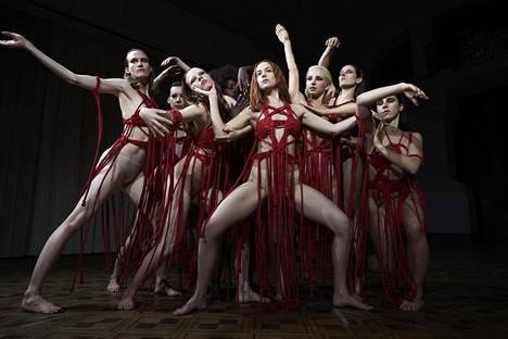 Dakota Johnson (kesk.) esittää amerikkalaista Susieta, joka nousee länsiberliiniläisen tanssikoulun tähdeksi vuonna 1977.