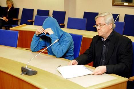 Murhasta epäillyn 19-vuotiaan miehen (keskellä) vangitsemisoikeudenkäynti pidettiin Lappeenrannan käräjäoikeudessa 4. marraskuuta. Paikalla oli myös asianajaja Jorma Nissilä (oik.).