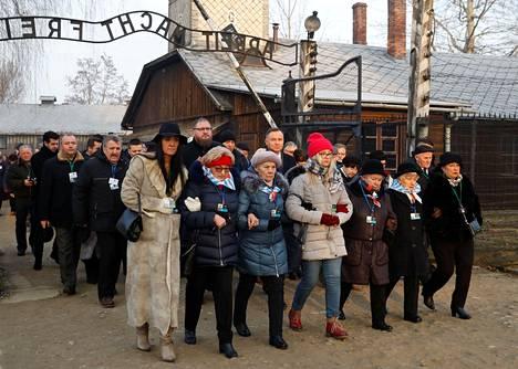 Entiset keskitysleirivangit saattajineen saapuivat sisään surullisenkuuluisasta portista Auschwitzin vapauttamisen muistojuhlaan maanantaina.