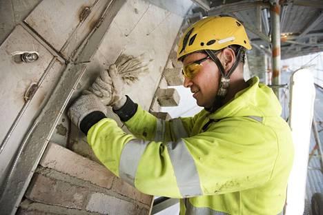 KJL Muurauksen yrittäjä Kalle Lahtinen käyttää kaarien muurauksessa laastin annosteluun leipomisesta tuttua pursotinpussia.