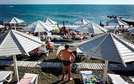 Lomalaiset nauttivat helteisestä säästä Venäjän Sotšin lähistöllä sijaitsevan Adlerin rannalla maanantaina.