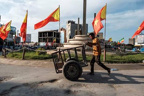 Syyskuun alussa Mekelessä otetussa kuvassa näkyy Etiopian lippujen (taustalla) ohessa Tigrayn omia lippuja.