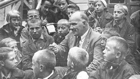 Kustaa Rovio Karjalan 15-vuotisjuhlissa. Punaupseeri ja Neuvosto-Karjalan puoluesihteeri teloitettiin vuonna 1938.