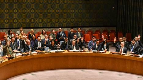 YK:n turvallisuusneuvosto hyväksyi yksimielisesti uusia Pohjois-Koreaan kohdistuvia pakotteita New Yorkissa maanantaina.