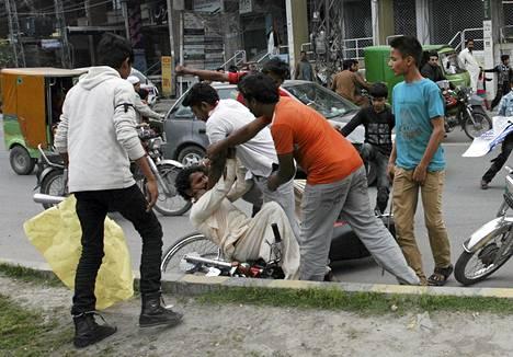 Väkijoukko hakkasi pysähtymiskäskystä piittaamamattoman miehen Lahoressa Pakistanissa sunnuntaina. Kyseisellä alueella tehtiin kaksi pommi-iskua kirkkoihin, mikä sai paikalliset raivostumaan.