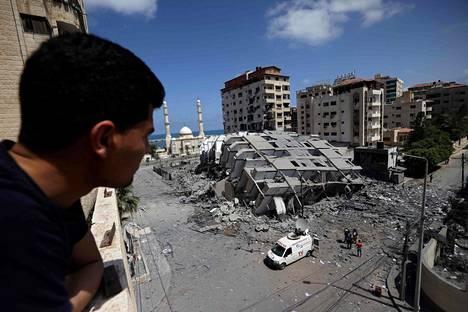 Väkivaltaisuudet Lähi-idässä ovat lisääntyneet viime päivien aikana. Mies tarkasteli tuhoutunutta rakennusta Gazassa keskiviikkona.