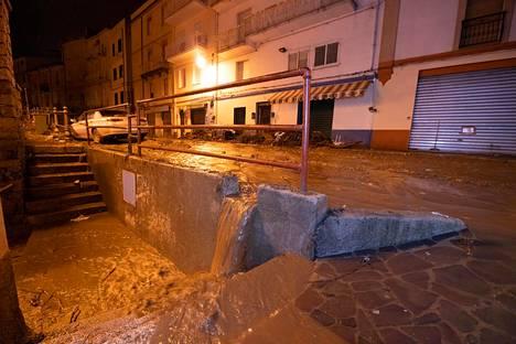 Vesi tulvii Bittin kaupungin kaduilla lauantaina.