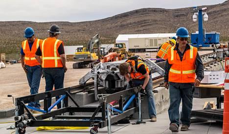 Hyperloop One aikoo tällä viikolla esitellä ulkoilmassa kulkevaa kapselia Las Vegasissa. Myöhemmin yhtiö kokeilee kapselia, joka kulkee putken sisällä.