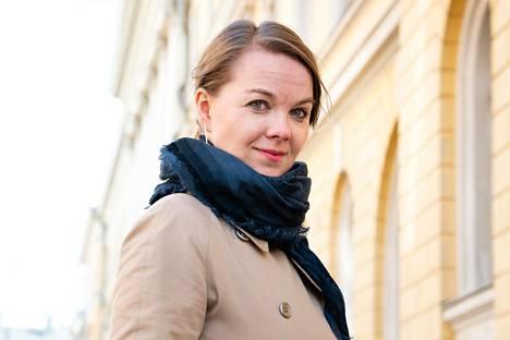 Valtiovarainministeri Katri Kulmuni (kesk) sanoo, että pitää miettiä, voisiko jotain kuntien pysyviä tehtäviä nyt poistaa, jotta kuntien ahdinko helpottuisi.