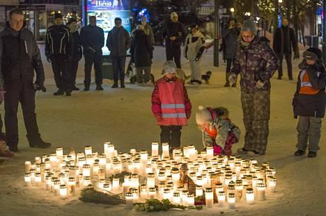 Imatralaiset olivat tuoneet sunnuntaina runsaasti kynttilöitä ampumispaikalle.