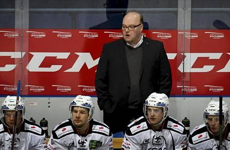 Pasi Arvonen on valmentanut HPK:ta lokakuusta 2013. Hän korvasi tuolloin Kai Raution.