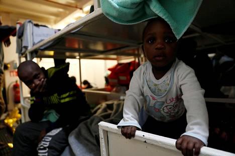 Sea Watch III -aluksen kyydissä olevat matkustajat ovat jääneet EU-byrokratian vangiksi. Kolmenkymmenen kumiveneestä pelastetun joukossa on myös lapsia.