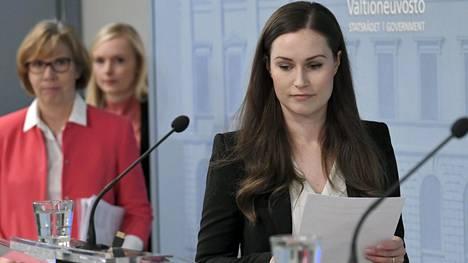 Pääministeri Sanna Marin (sd) saapui hallituksen tiedotustilaisuuteen keskiviikkona. Taustalla Oikeusministeri Anna-Maja Henriksson (r) ja sisäministeri Maria Ohisalo (vihr).