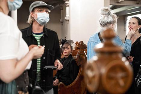 Näyttelijä Anu Sinisalo odottelee, että kuvausryhmä pääsee aloittamaan kuvaukset.