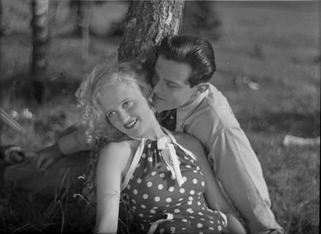 Kaikki rakastavat oli Ansa Ikosen ja Tauno Palon ensimmäinen yhteinen elokuva.
