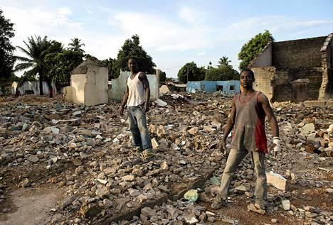 Kaksi kristittyä työskenteli hyökkäyksessä tuhottujen moskeijan ja muslimien kauppakeskittymän raunioissa torstaina Banguissa.