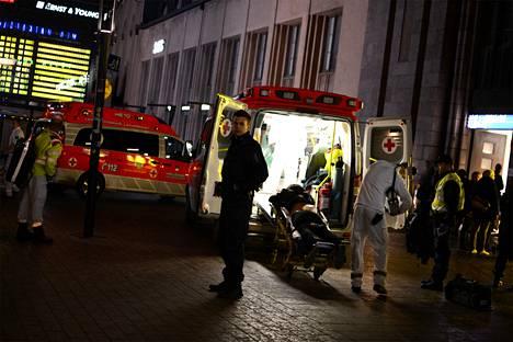 Rautatieasemalla puukotetut miehet kuljetettiin sairaalaan. Kuva on lukijan ottama.