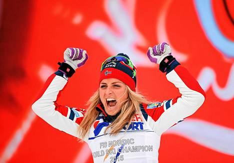 Therese Johaug juhli MM-kultaa lauantaina.