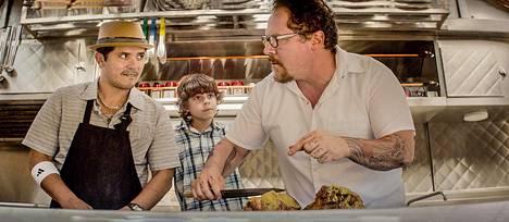 Martin (John Leguizamo, vas.), Percy (Emjay Anthony) ja Carl Casper (Jon Favreau) lähtevät tien päälle ruokarekalla.