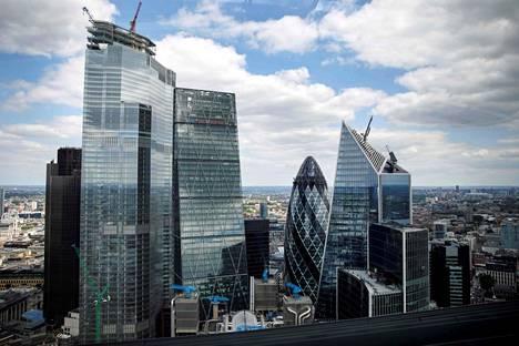Lontoon pilvenpiirtäjät edustavat modernia lasirakentamista. Kuvassa näkyvät Tower 42 (vasemmalla), Leadenhall, joka tunnetaan myös Juustoraastimena, 30 St Mary Axe eli Gherkin, ja 52–54 Lime Street, joka tunnetaan myös Skalpellina.