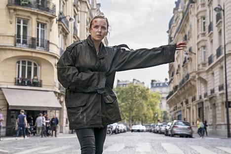 Villanelle (Jodie Comer) lähtee pakomatkalle.