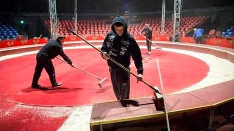 Sirkus Finlandian areenaa siistittiin ennen esitystä Kaisaniemenpuistossa vuonna 2016.