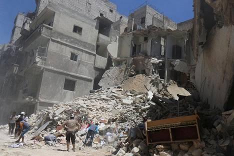 Asukkaat tutkivat ilmaiskun aiheuttamia vaurioita Aleppon al-Mashadin kaupunginosassa tiistaina. Kaupunginosa on opposition hallussa.