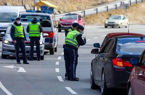 Poliisi tarkasti matkustajia, jotka poistuivat Paznaunin laaksosta Itävallasta lähellä Ischgliä viime viikon perjantaina. Itävalta on asettanut tiukkoja karanteeneja koronaepidemian vuoksi.
