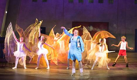 Kuvassa keskellä Mrs. Wilkinson eli Petra Karjalainen. Oikealla ja yksi kolmesta Billy Elliotin esittäjistä eli Simo Riihelä.