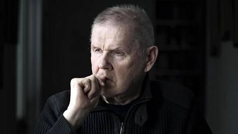 Näyttelijä Antti Litja seurailee kevääntulon enteitä kotinsa ikkunasta Helsingin Munkkiniemessä.