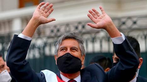 Perun väliaikainen presidentti Francisco Sagasti virkaanastujaisissaan Limassa tiistaina.