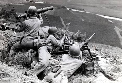 Sotaan heikosti valmistautunut Etelä-Korea soti samalla rintamalla sotilaallista tukeaan tarjonneen Yhdysvaltojen kanssa. Se sai apua myös monikansallisilta YK-joukoilta. Kuvassa amerikkalaisia joukkoja taistelutilanteessa Soulin lähistöllä vuonna 1951.