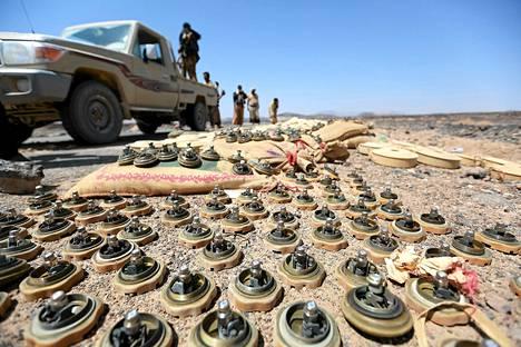 Jemenin hallitukselle uskolliset sotilaat seisoivat kapinallisten jättämien miinojen vieressä etulinjassa Maribin maakunnassa sunnuntaina.