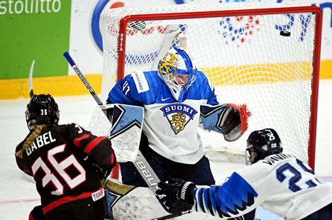 Kanadan Loren Gabel laukoi kiekon ohi Suomen maalivahdin Noora Rädyn maanantaina pelatussa alkulohkon viimeisessä ottelussa.