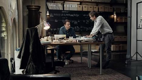 Ruotsalaiset rikostoimittajat Anton Berg (vas.) ja Martin Johnson ovat kaksi vuotta valmistelemansa dokumenttisarjan tutkijoita ja kertojia. He aloittivat yhteistyön vuonna 2015 penkomalla uuteen podcast-sarjaansa murhasta elinkautiseen tuomitun Kaj Linnan tapausta. Kolmetoista vuotta vankilassa ollut Linna todettiin syyttömäksi 2017 ja hän sai Ruotsin oikeushistorian suurimman korvauksen.
