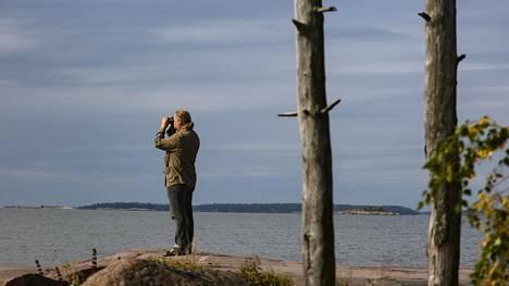 Juha Laaksonen käy usein kiikaroimassa lintuja Helsingin Lauttasaaren rannoilla.
