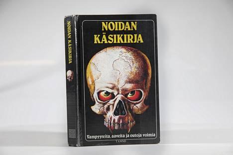 Tämä kirja on vastuussa monien 1980-luvun suomalaislasten näkemistä painajaisista. Kuvassa Noidan käsikirjan neljäs painos vuodelta 1990.